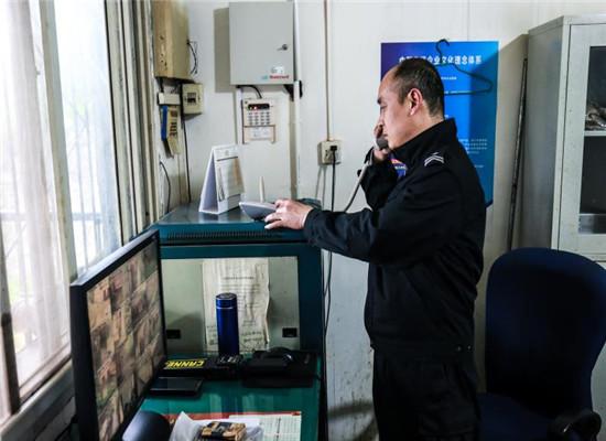 值班人员拨打报警电话 通讯员 方可 摄.jpg
