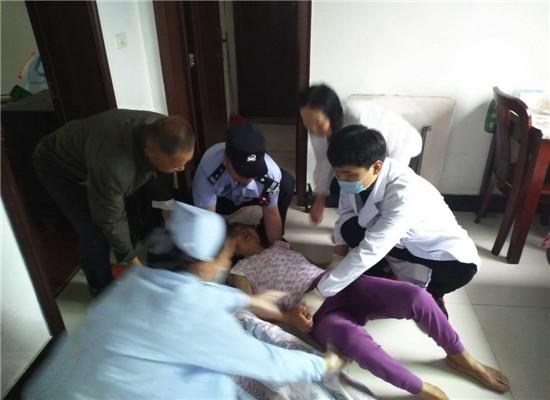 民警协助医务人员将老人抬到担架上  通讯员 方可 摄.jpg