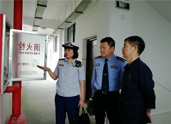 警消对校内消防设施进行检查 通讯员 杨娇 摄.jpg
